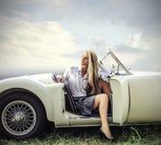 Pozować i siedzieć w rocznika samochodzie Obraz Royalty Free
