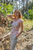 Pozuje przyglądająca prosta blondynki dama Fotografia Royalty Free