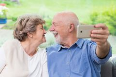Pozwalać robi selfie - stary coulpe zdjęcie stock