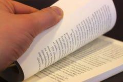 Pozwala my czytać książkę zdjęcia royalty free