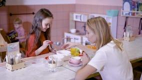Pozwala sztukę Świadomy mały żeński karmienie jej mama podczas gdy wydający czas wolnego w kawiarni wpólnie zbiory