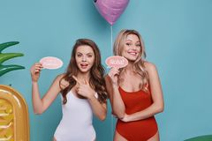 Pozwala zabawę zaczynać! Dwa figlarnie młodej kobiety w swimwear patrzeć Fotografia Royalty Free