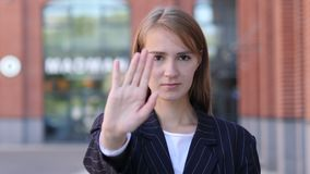 Pozwolić Biznesowej kobiety Trwanie Outside, gest przerwa zdjęcie wideo