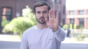Pozwolić Przystojnego mężczyzna Trwanie Outside, gest przerwa zdjęcie wideo
