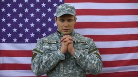 Pozyskująca samiec łączy ręki, ono modli się dla pokoju, amerykański siły zbrojne patriotyzm zbiory