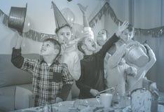 Pozytywów dzieciaki ma dobrego czas przy przyjęciem urodzinowym Zdjęcie Stock