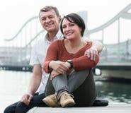 Pozytyw dojrzała para w miłości pozuje outdoors Zdjęcie Royalty Free