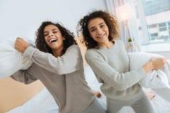 Pozytyw pamiętał dziewczyny dostaje excited nad poduszki walką fotografia royalty free