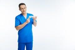 Pozytyw pamiętał medycznego pracownika pokazuje organizatora dla recepty Fotografia Royalty Free