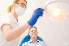 Pozytyw pamiętający mężczyzna odwiedza stomatologist obraz royalty free
