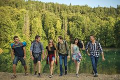 Pozytyw, uśmiechnięci młodzi ludzie jest łasy podróżować obrazy royalty free