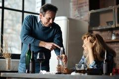 Pozytyw zachwycać starsze osoby obsługują wskazywać na butelce Obraz Stock