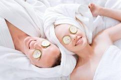 Pozytyw zadowolone kobiety robi twarzy masce Zdjęcia Stock