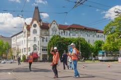Pozytyw zgłaszać się na ochotnika blisko hotelowego Ukraina podczas Interpipe Dnipro Przyrodniej Maratońskiej rasy na miasto ulic Obraz Royalty Free