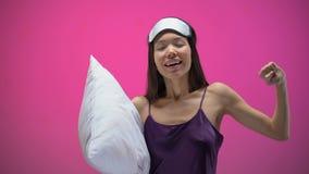 Pozytywna Azjatycka kobiety mienia poduszka i rozciąganie budzi się w ranku, energia zbiory