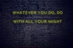 Pozytywna inspiruje wycena na neonowym znaku przeciw ścianie z cegieł cokolwiek ty robisz z wszystkie twój mocą obraz stock