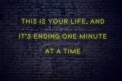 Pozytywna inspiruje wycena na neonowym znaku przeciw ścianie z cegieł to jest twój życiem i swój kończy jeden minutą na raz zdjęcia royalty free