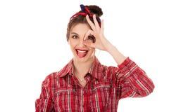 Pozytywna kobieta patrzeje kamerę przez ręki w ok gescie zdjęcie stock