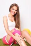 Pozytywna kobieta z noga urazem Fotografia Royalty Free