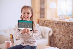 Pozytywna mądrze dziewczyna używa deponuje pieniądze app fotografia royalty free