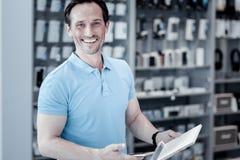 Pozytywna mężczyzna pozycja w elektronika sklepie obraz royalty free