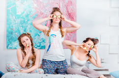 Pozytywna młoda dziewczyna ma zabawę siedzi na łóżku w domu i obrazy stock
