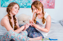 Pozytywna młoda dziewczyna ma zabawę siedzi na pa i łóżku w domu Fotografia Stock