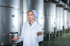Pozytywna młoda kobieta w wytwórnii win fermentaci przedziale Obrazy Stock