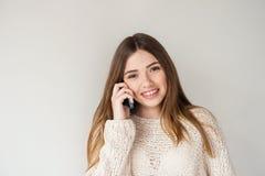 Pozytywna nastoletnia dziewczyna z długie włosy, opowiadający na telefonie Obrazy Royalty Free