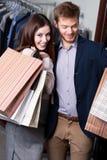 Pozytywna para jest w sklepie Zdjęcia Stock