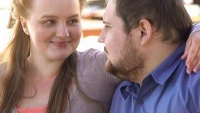 Pozytywna para ukochany obejmowanie, szczęśliwa z nadwagą rodzina, soulmates zbliżenie zdjęcia stock