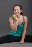 Pozytywna piękna kobieta je jabłka Obraz Stock