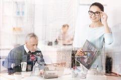 Pozytywna yougn kobiety pozycja w biurze Obrazy Royalty Free