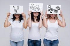 Pozytywne emocjonalne kobiety uśmiecha się podróż i czeka obraz stock