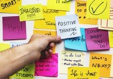 Pozytywne główkowanie notatki na ścianie fotografia stock