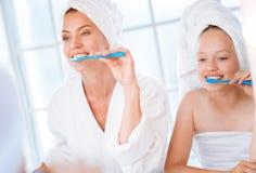 Pozytywne kobiety czyści ich zęby Fotografia Royalty Free