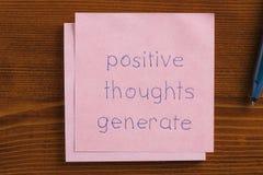 Pozytywne myśli wytwarzają piszą na notatce obraz royalty free