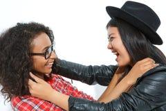 Pozytywne przyjaciela mienia szyje each inny Obrazy Stock
