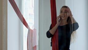Pozytywnego słupa tancerz dzwoni telefonem komórkowym po klasy Obrazy Royalty Free