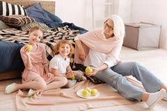 Pozytywni ładni dzieci je jabłka Fotografia Royalty Free