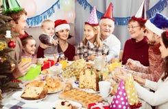 Pozytywni członkowie rodziny ma świętowanie Obrazy Royalty Free