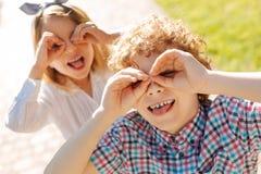 Pozytywni dzieci pozuje na kamerze z przyjemnością obrazy stock