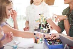 Pozytywni dzieciaki tworzy zabawkę podczas lekci zdjęcie stock