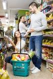 Pozytywni pary kupienia sklepy spożywczy Fotografia Stock