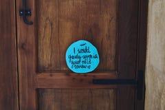 Pozytywny życzenie na drzwi fotografia stock