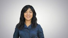 Pozytywny azjatykci bizneswoman opowiada, patrzejący kamerę na białym tle Zdjęcia Royalty Free