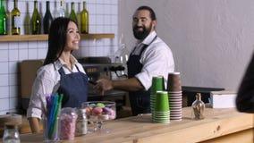 Pozytywny barista daje uzupełniającemu rozkazowi klient zbiory wideo