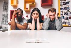 Pozytywny ciążowy test, trzy ludzie, poligamia zdjęcia stock