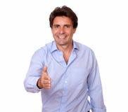 Pozytywny dorosły mężczyzna powitanie ty z jego ręka fotografia royalty free