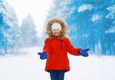 Pozytywny dziecko ma zabawę z snowball w zimie outdoors Obraz Royalty Free